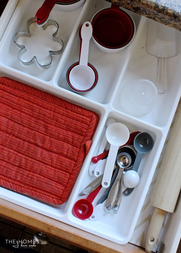 Tired of not being able to find anything in your messy, cluttered kitchen drawers? These 10 tips will help you organize your kitchen drawers, saving you time in the kitchen!