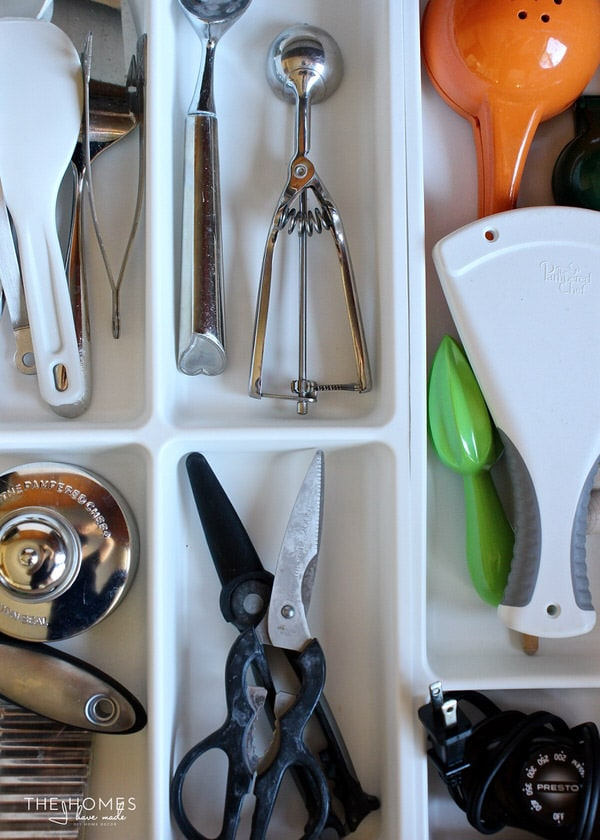 A perfectly organized kitchen drawer